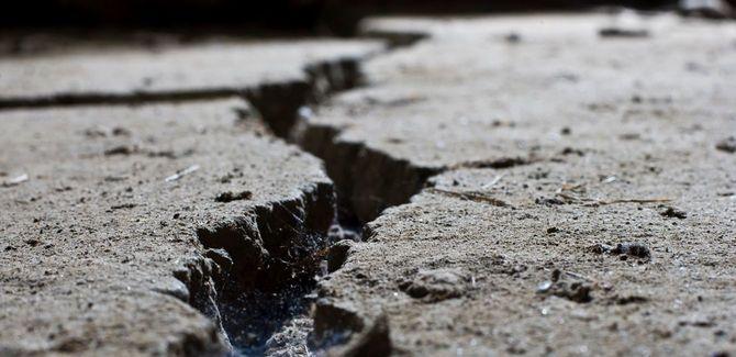 コンクリートの地面に走る亀裂