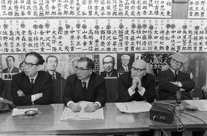 1969年12月28日、100議席を大きく割る完敗に、腕組みして重苦しい表情の成田知巳委員長(左端)、江田三郎書記長(右端)ら(東京・千代田区の社会党本部)