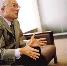 <strong>三菱電機会長 野間口 有</strong><br>1940年、鹿児島県生まれ。<br>65年京都大学大学院修士課程修了。同年、三菱電機入社。<br>93年中央研究所所長、95年取締役情報技術総合研究所所長、97年常務開発本部長、2001年専務、02年社長、06年より現職。<br>座右の銘は、「素にして野だが卑ではない」。経営もそうでありたいと語る。