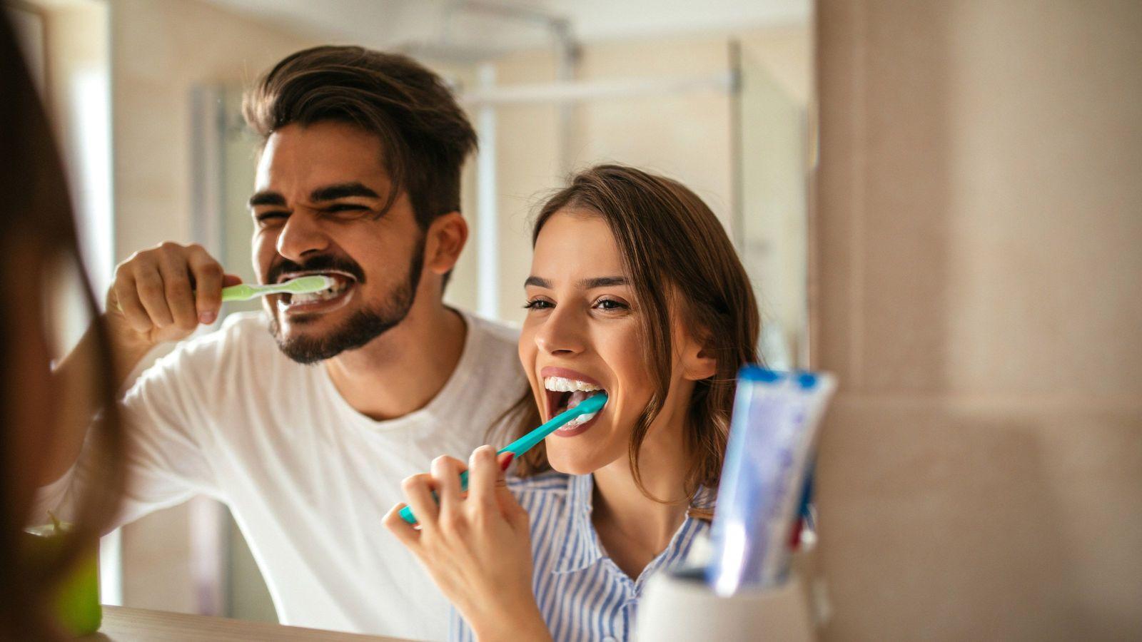歯科医が断言「食後30分以内に歯磨きをしてはいけない」 うがい後の水は飲んだほうがいい