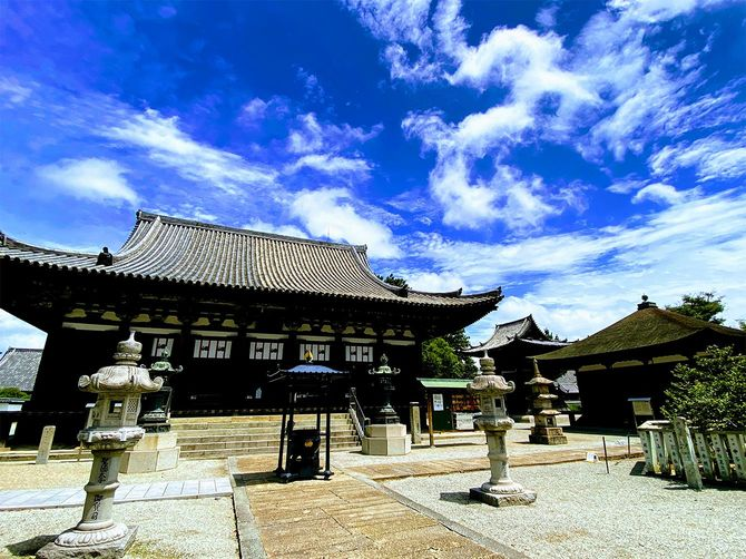 聖徳太子創建の鶴林寺。右の小堂は聖徳太子を祀った太子堂