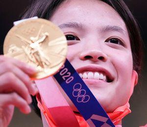 柔道女子52キロ級で優勝し、金メダルを手に笑顔の阿部詩