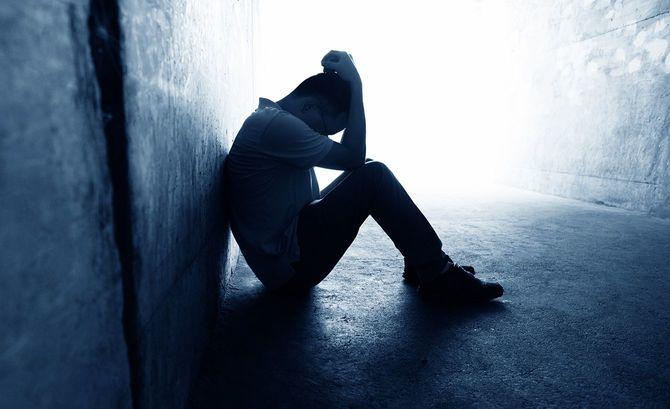 トンネルに坐っていた絶望的な男