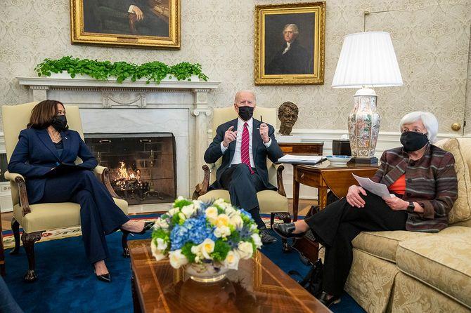 アメリカのジョー・バイデン大統領(中央)、カマラ・ハリス副大統領(左)、ジャネット・イエレン財務長官(右)