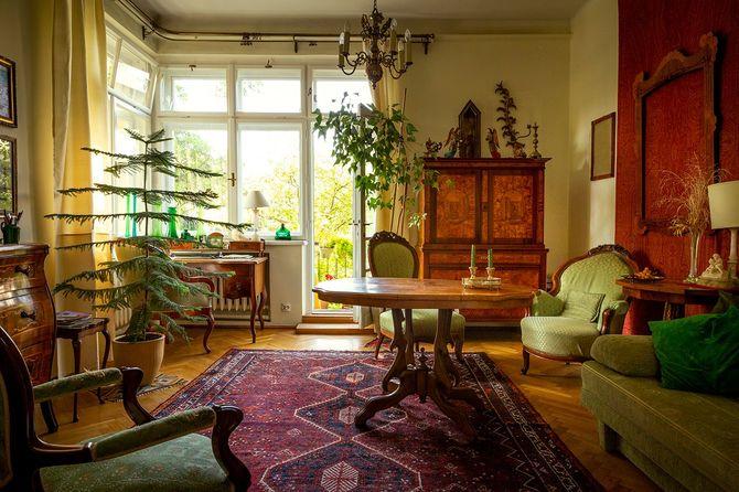 アンティーク家具でいっぱいのリビングルーム