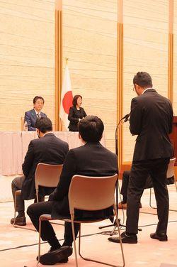 安倍首相の会見で質問する筆者。(写真撮影=小川裕夫)