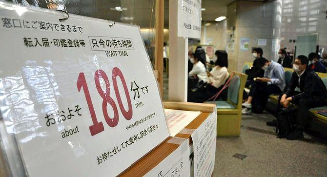 2020年5月8日、新型コロナにともなう給付金の手続きで、多くの住民が訪れた窓口。東京都練馬区役所にて。