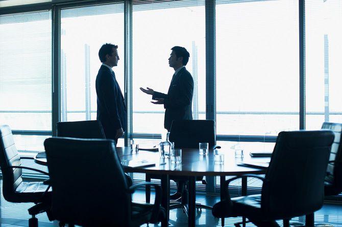 会議室で話すビジネスマン