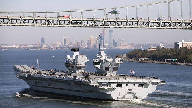 米軍横須賀基地に寄港した英空母「クイーン・エリザベス」