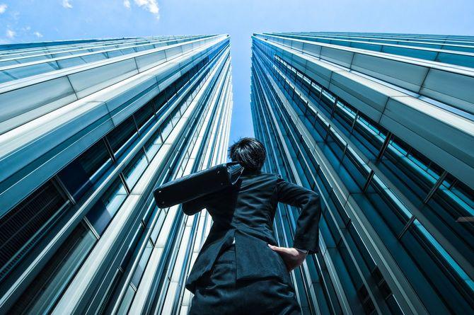 ビジネスマンので、高いビル、低角度