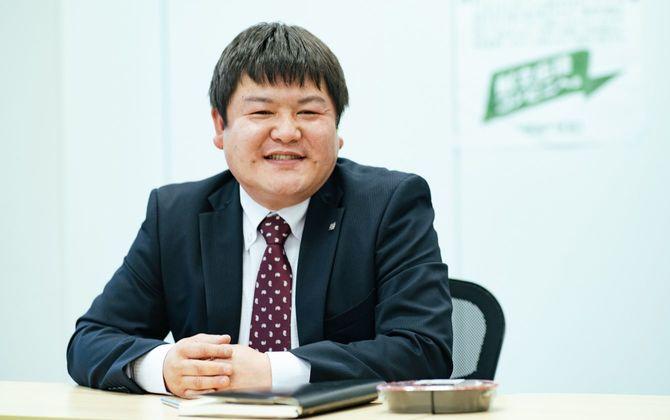 林弘昭さん。1978年生まれ。2002年に大学を卒業し、九九プラス(現ローソンストア100)に入社。店長やエリアマネジャーなどを経て17年に関東第二運営部部長。店舗運営やフランチャイズコンサルタントに携わる。