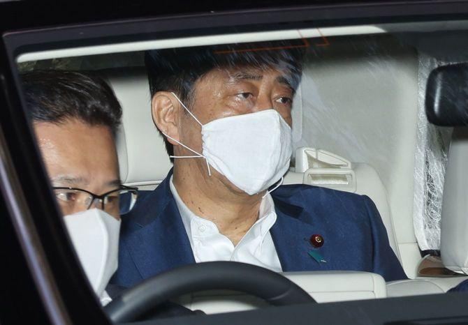 慶應大病院を出る安倍晋三首相=2020年8月24日午後、東京都新宿区
