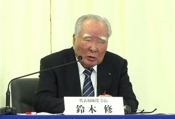自身の退任についてオンラインで記者会見するスズキの鈴木修会長=2021年2月24日午後
