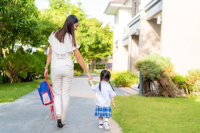 子どもを幼稚園に連れて行く母親