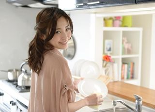 「夫が洗った皿をすぐ洗う」妻の就職力