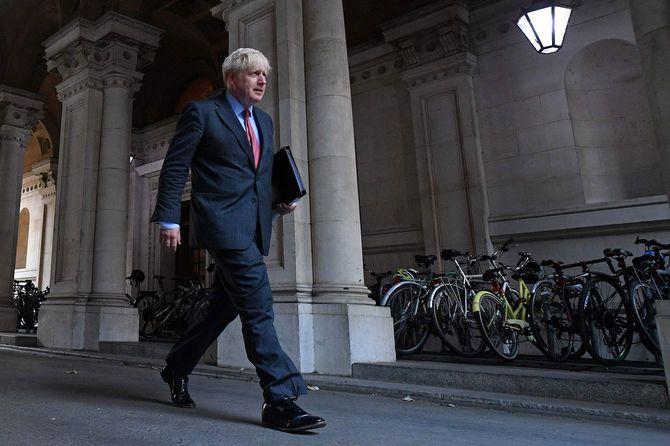 2020年9月22日、内閣の週例会議に出席した英国のボリス・ジョンソン首相が、ロンドン・ダウニング街を歩いていく