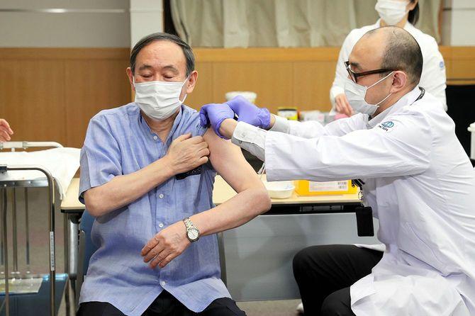 新型コロナウイルスのワクチン接種を受ける菅義偉首相