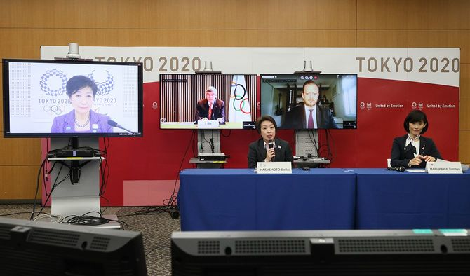 東京五輪・パラリンピックに向けた5者協議に臨む、大会組織委員会の橋本聖子会長(左)、丸川珠代五輪担当相(右)。