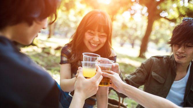 公園で仲良く飲み会