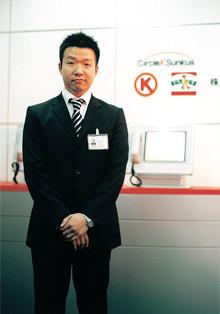 <strong>菊地健一郎</strong>●1973年生まれ。中央大学経済学部卒。日本電信電話、日本マクドナルドを経て、98年サンクスアンドアソシエイツ(現サークルKサンクス)に入社。2003年より城西地区を担当する。実家は表具屋。「経営者として自分の店をもつことが夢です」。
