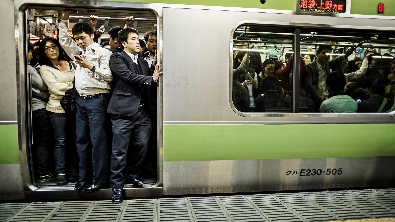 「満員電車は仕方ない」と受け容れる人の異常さ 現状の肯定は「思考停止」にすぎない