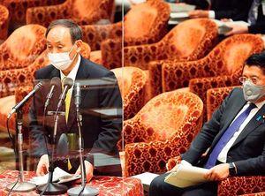 衆議院内閣委員会で答弁する菅義偉首相(左)と平井卓也デジタル改革担当相(2021年3月31日)。