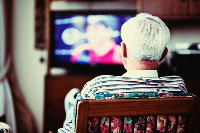 テレビを見ている老人