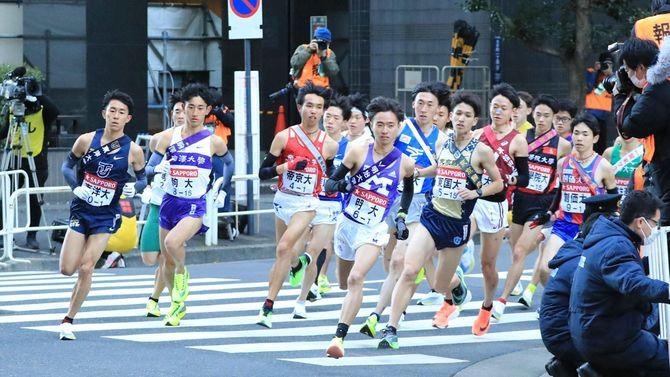 1区、スタート直後のカーブで力走する選手たち=2021年1月2日、東京都千代田区[代表撮影]