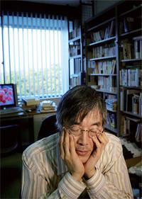 <strong>高橋源一郎</strong>●作家。明治学院大学教授。1951年、広島県生まれ。81年、『さようなら、ギャングたち』でデビューする。『官能小説家』『君が代は千代に八千代に』などの小説のほか、エッセイや評論、翻訳などで幅広く活躍する。近著に『大人にはわからない日本文学史』『柴田さんと高橋さんの小説の読み方、書き方、訳し方』がある。