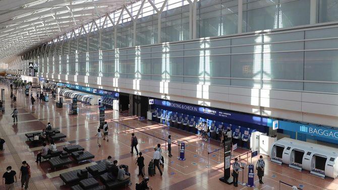 政府の観光需要喚起策「Go To トラベル」開始から1カ月となる8月22日、東京・羽田空港の出発ロビーは、8月の週末にもかかわらず閑散としていた。
