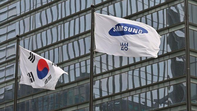 2021年4月28日、サムスンの旗(右)と韓国の国旗がはためく、ソウル市瑞草区のサムスン電子ビル