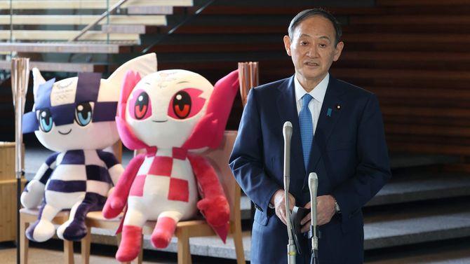 聖火リレーのスタートを前に、記者団の質問に答える菅義偉首相=2021年3月25日、首相官邸