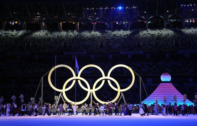 東京五輪の開会式で、五輪のシンボルマークの前で行われるパフォーマンス