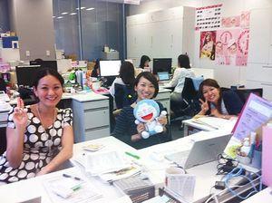 リクルートのオフィスで。写真左端が星田さん