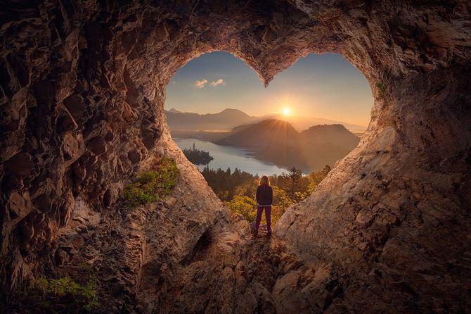 洞窟から外を見る若い女性