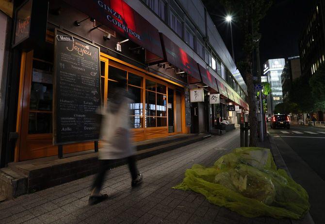 緊急事態宣言が発出され、閑散とする銀座の飲食店街=2021年4月26日午後、東京都中央区
