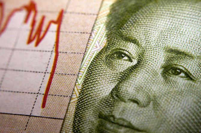 株式市場のグラフと中国の紙幣