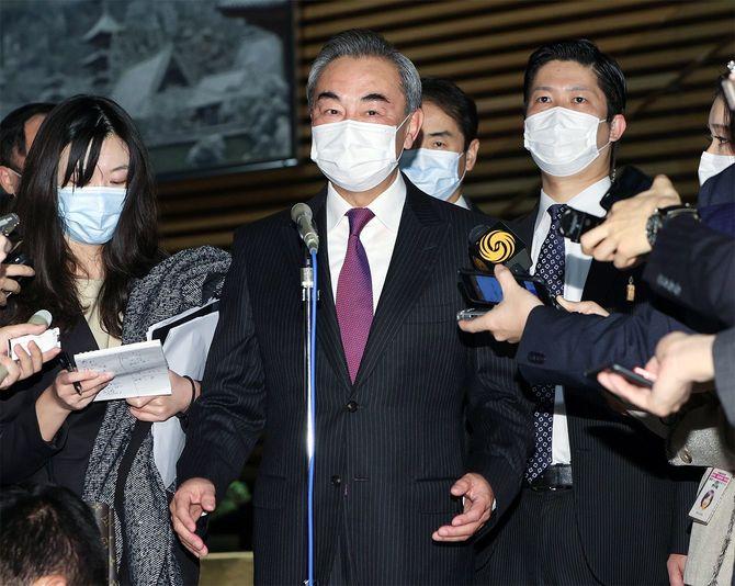 菅義偉首相との会談後、取材に応じる中国の王毅国務委員兼外相(中央)=2020年11月25日午後、首相官邸