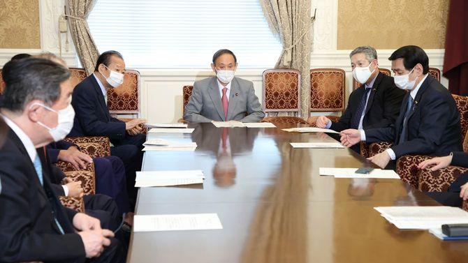 自民党役員会に臨む菅義偉首相(中央)、二階俊博幹事長(同左)、佐藤勉総務会長(同右)ら=2021年3月29日、国会内
