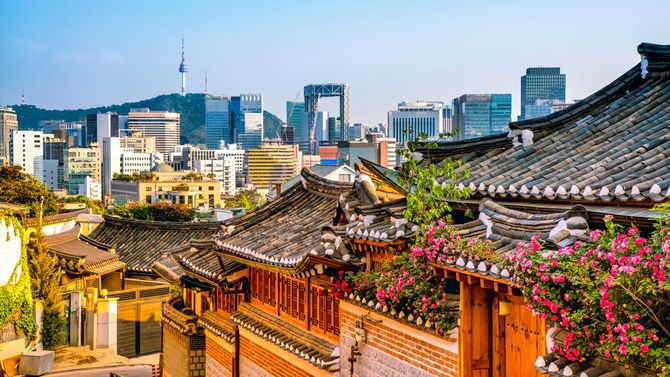 韓国伝統家屋が密集する北村韓屋村から見るソウル