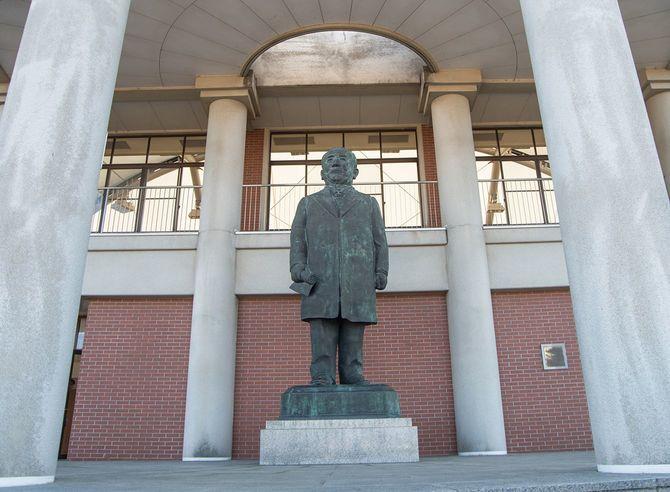 渋沢栄一記念館(埼玉県深谷市)に立つ渋沢像