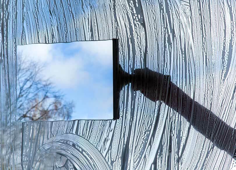 なぜ介護ヘルパーは汚い窓を拭かないのか 「安く働く家政婦さん」ではない