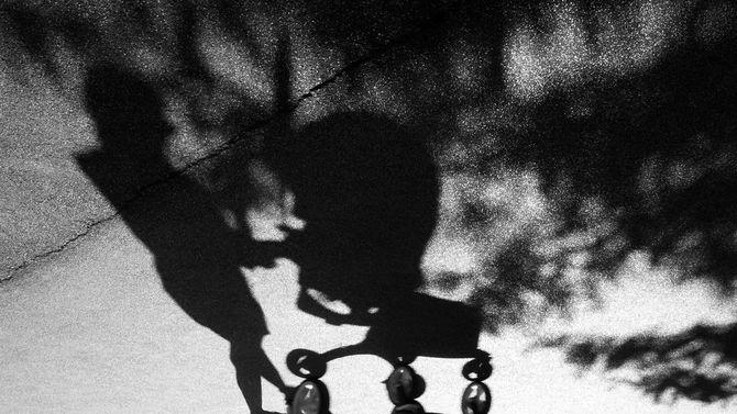 乳母車を押す女性の影
