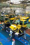 """コマツ粟津工場のホイールローダーの生産ライン。フル稼働の生産現場はまさに""""つくっただけ売れる""""活況ぶり。"""