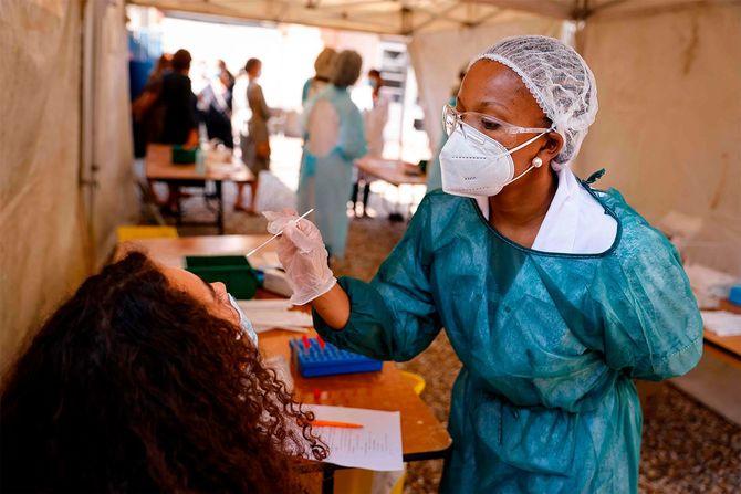 新型コロナウイルスの検査をするフランスの看護師(フランス・パリ近郊マントラジョリー)=2020年9月21日