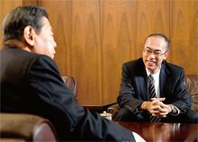 日本土建の田村憲司会長(左)と三井住友銀行の宮下広一氏(右)。<br> 「正直言うともう一行のほうが条件がよかったんですが、『わが行は担保力ばかりにはこだわらない。経営理念や見通しを非常に尊重するんだ』とおっしゃっていただいた。大和証券さんとのコンビがよかったのも、選んだ決め手です」(田村氏)