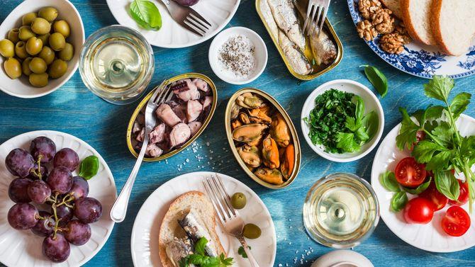 オイルサーディンやムール貝などの缶詰シーフード