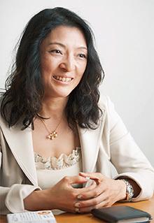 勝間和代(かつま・かずよ)  1968年、東京都生まれ。経済評論家。現在、株式会社「監査と分析」取締役、内閣府男女共同参画会議議員、中央大学ビジネススクール客員