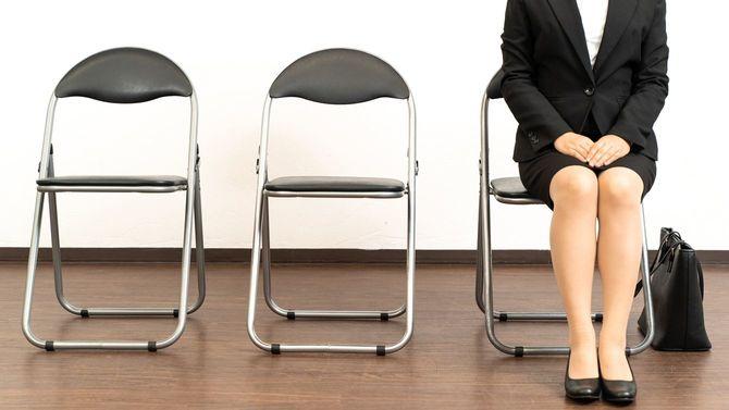 面接の順番を待つ女性