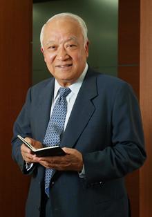 <strong>日本ゼオン相談役 中野克彦<br></strong>1933年生まれ。56年慶應義塾大学経済学部卒業後、日本ゼオン入社。93年社長に就任。創業事業からの撤退を決断し、高機能材料に経営資源を配分、現在の事業構造を確立した。大学ではアイスホッケー部に所属し、日本代表にも選出されたほどの腕前。2007年から相談役に就任。